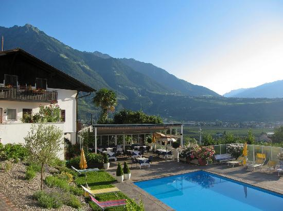 Hotel Residenz Pazeider: Outdoor Pool with a view