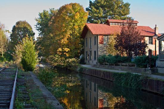 Chimney Hill Estate & Ol' Barn Inn: Autumn on the Canal