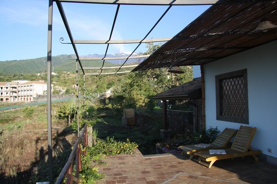 Villa Rosa  Etna Bed & Breakfast: Terrace with Mt. Etna view