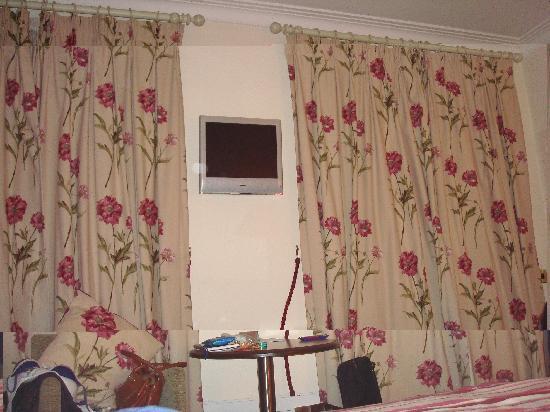 Headfort Arms Hotel: Flat screen in pretty room 24