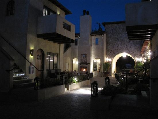 North Block Hotel: Courtyard at night