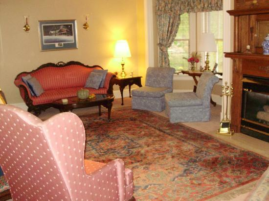 Canterbury House Bed and Breakfast: The living room