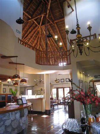 Oakhurst Hotel: Vaulted Ceiling