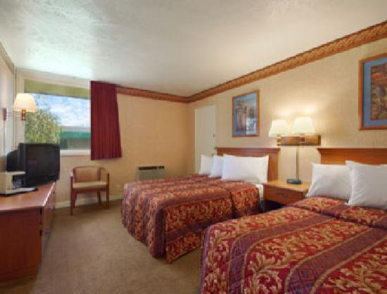 Days Inn Rochester Thruway  / Henrietta: Two Queen Bed Room
