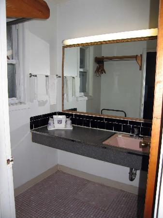 Knights Inn Horseheads: Bathroom sink area