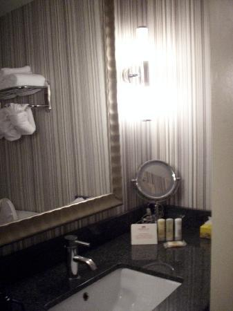 Wyndham Garden Norfolk Downtown: Guest Room 707 - Bath
