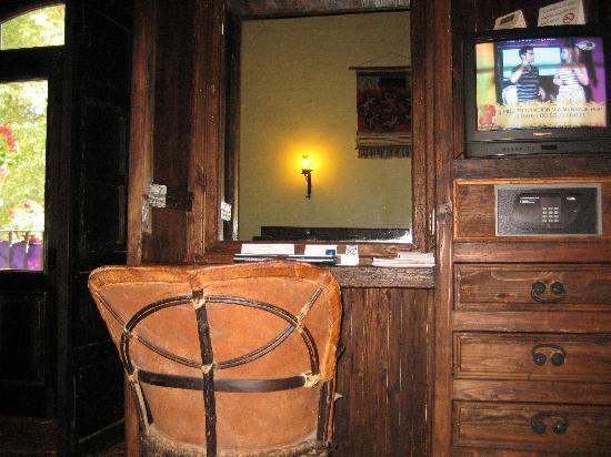 Hotel Mansion Iturbe: la tv y el pequeño estudio