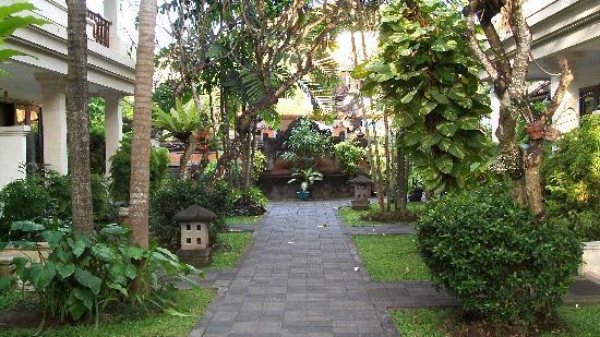 Puri Raja: View towards lobby end of hotel