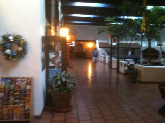 Ramada Las Cruces Hotel and Conference Center: center courtyard, facing shops