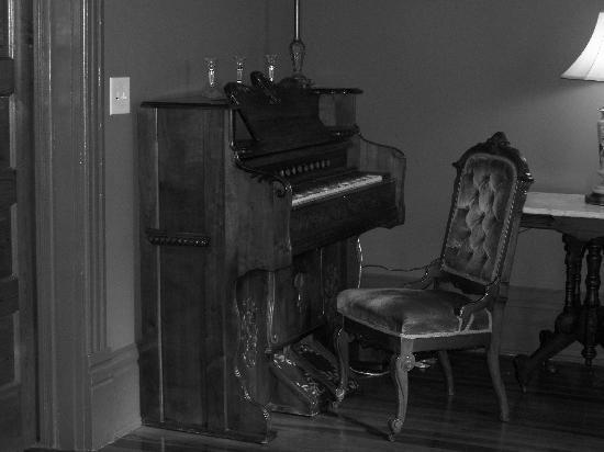 The Fitzpatrick Hotel: the old piano in our room