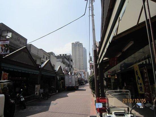Chuo, Japan: 懐かしい雰囲気の奥には大きなビルがどーん。