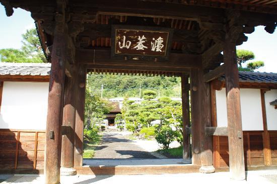 Tokoji Temple: 山門越しに仏殿を望む。