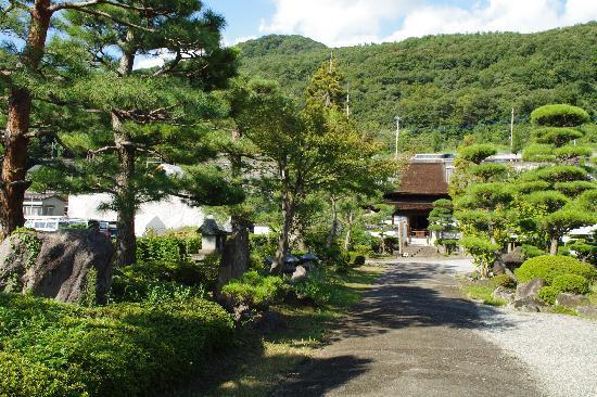 Tokoji Temple: 山門をくぐると、庭園の向こうに仏殿が見えます。庭園は蘭渓道隆の作とか。