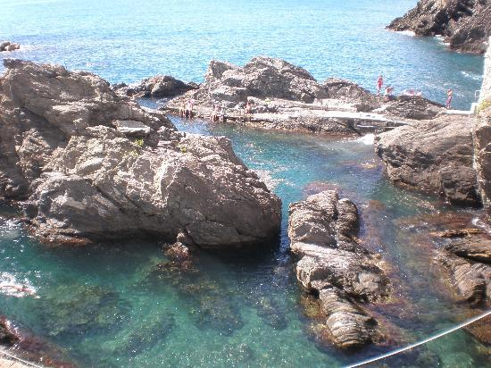 Hotel Marina Piccola: The rock pool below - people swam in it on calm days.