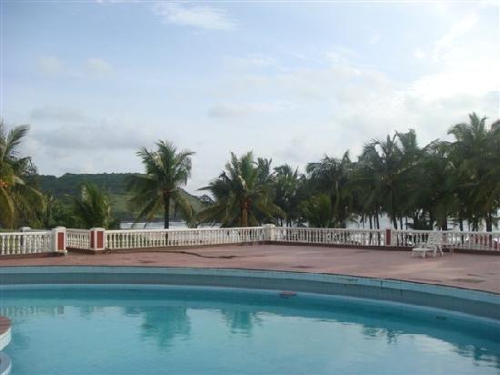 Krishnali Beach Resort : Mountain and beach from Swimming pool