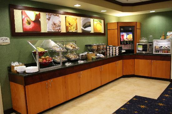 Fairfield Inn & Suites Greensboro Wendover: Expanded Continental Breakfast
