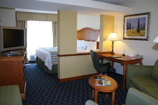 Fairfield Inn & Suites Greensboro Wendover: King Suite Living Area