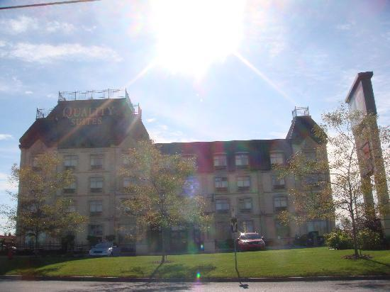 Quality Suites Drummondville: Exterior View of the Hotel