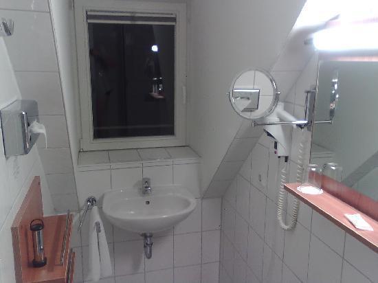 Mercure Hotel Munchen am Olympiapark: Bathroom belonging to a single bedroom.
