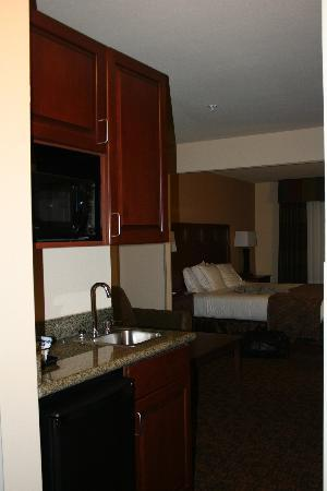 Holiday Inn Express Hotel & Suites Mount Airy South: mini fridge/micro/sink area