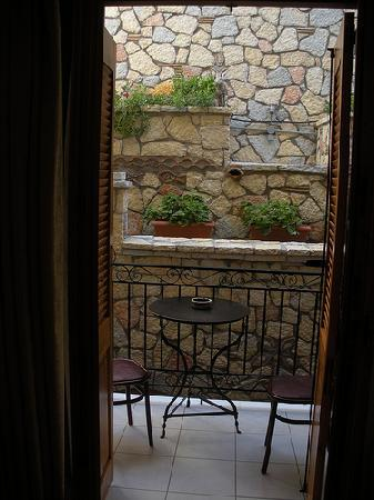 Pitho Rooms: Our charming little balcony