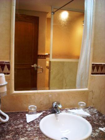 Hotel Prince de Paris: Salle de bain rénové