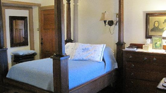 The Stagecoach Inn Bed and Breakfast: Great four poster bed
