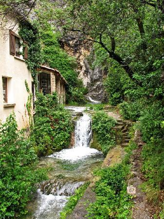 Cassis, Fransa: Waterfall at Moustier St. Marie