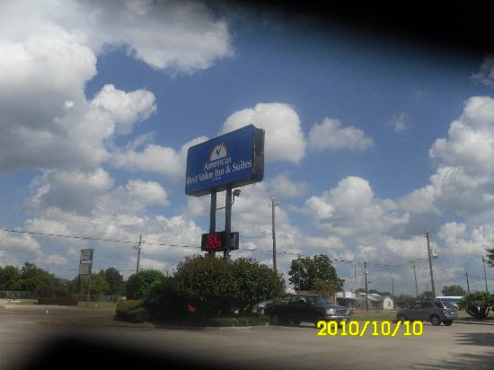 Americas Best Value Inn & Suites Victoria: Sign of the hotel from the street