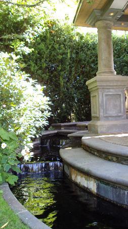 English Inn: Quaint pavilion