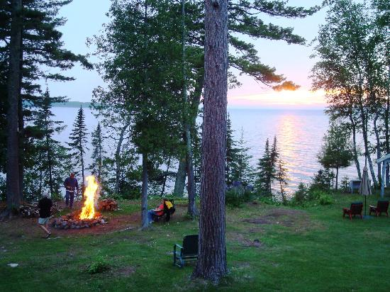 Siskiwit Bay Lodge Bed and Breakfast: Evening bonfire.