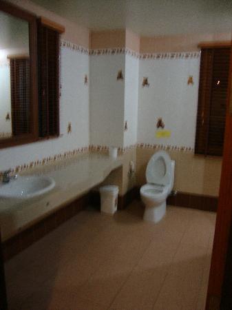 P.S. Villa: immence salle de bain