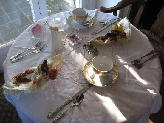 The Castle Bed and Breakfast: Table before Breakfast