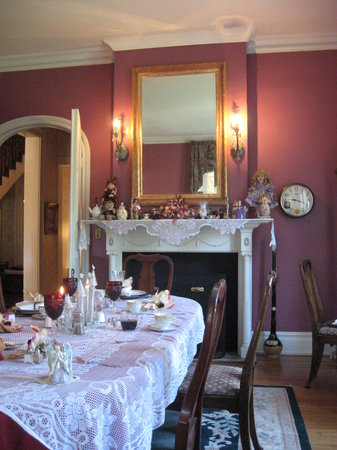 The Castle Bed and Breakfast: Dinning Room