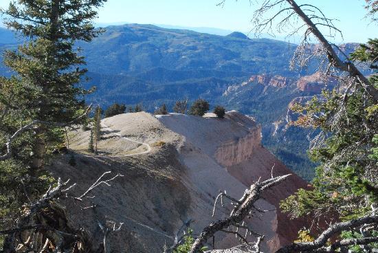 Cedar Breaks Lodge: Trail along rim of Cedar Breaks
