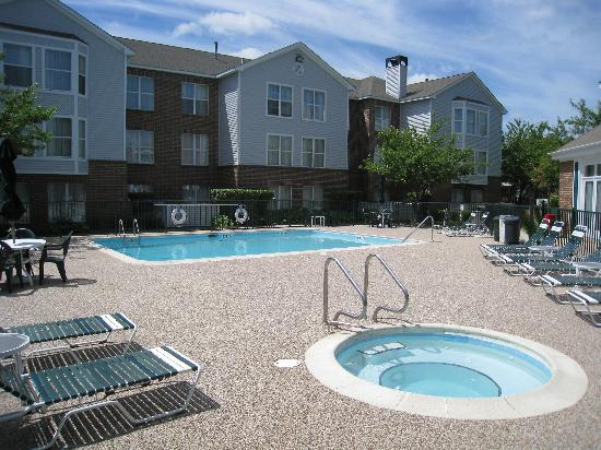 Homewood Suites by Hilton Chicago Schaumburg: Outdoor Pool and Whirlpool