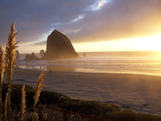 Hallmark Resort & Spa Cannon Beach: Sunset from the steps of the Hotel