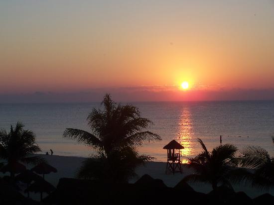 Sandos Playacar Beach Resort: Sunrise from room 2422