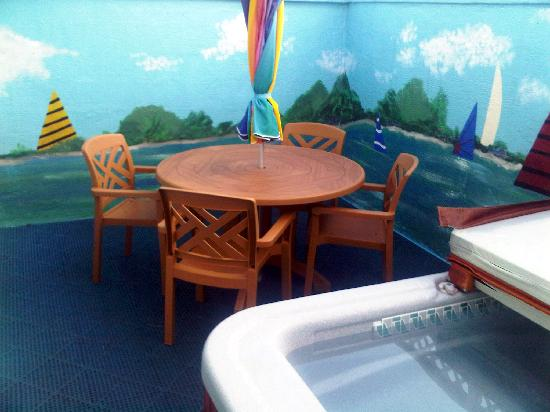 The Inn at Herrington Harbour: Hot tub patio behind the room