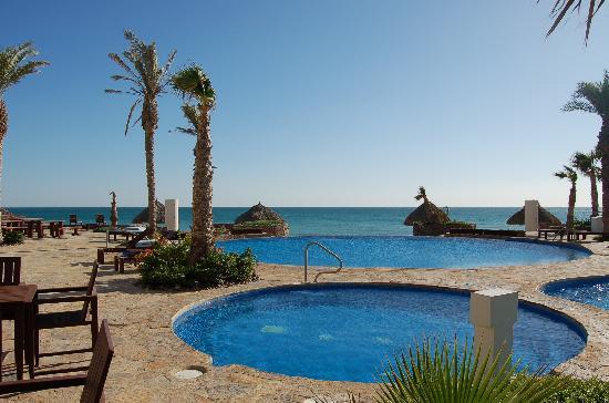 Luna Blanca Resort: Seaside negative edge pools