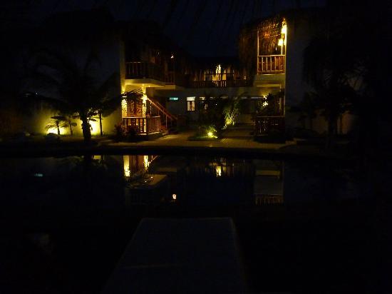 Casa Mediterranea: Hotel at night