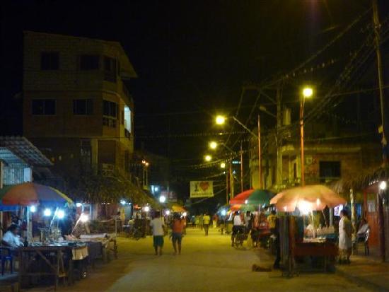 Balsa Surf Camp: Montanita main street