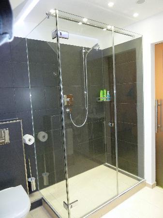 Hotel Uhland: Room 34 The bathroom
