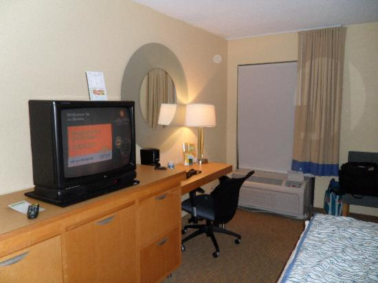 La Quinta Inn & Suites Myrtle Beach at 48th Avenue: Desk / TV