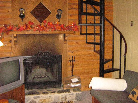 Mountainaire Inn and Log Cabins: Living Room and steps to loft