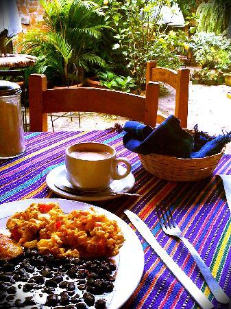Posada La Merced Antigua: breakfast and coffee at Fernando's next door