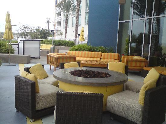Renaissance ClubSport Aliso Viejo Laguna Beach Hotel: Firepit on patio overlooking pool