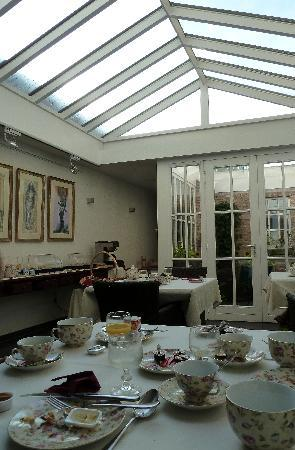 Bed & Breakfast Gallery Yasmine: Breakfast room