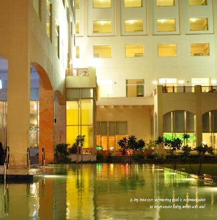Hotel Jaipur Greens: At Night by swimming pool