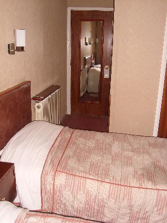 Mitre House Hotel: Sotto la porta uno spiraglio di soli 5 cm....